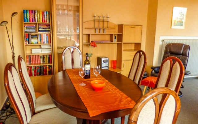 Wohnzimmer mit Tischgruppe Ferienwohnung Rastede