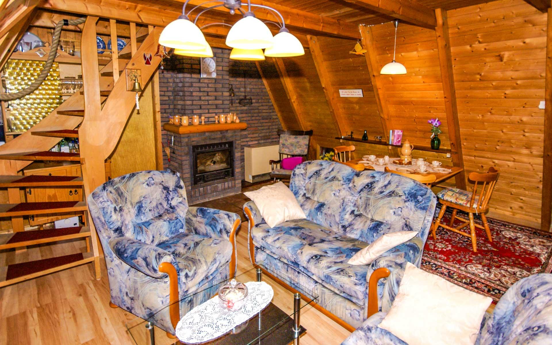 Wohnbereich mit Sitzecke und Kamin Ferienhaus Conneforde