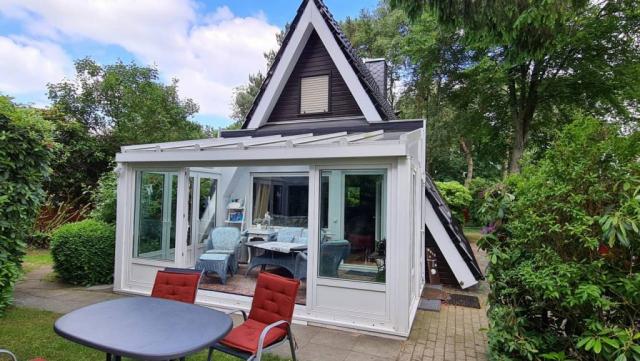 Conneforde: Nurdachhaus mit Wintergarten